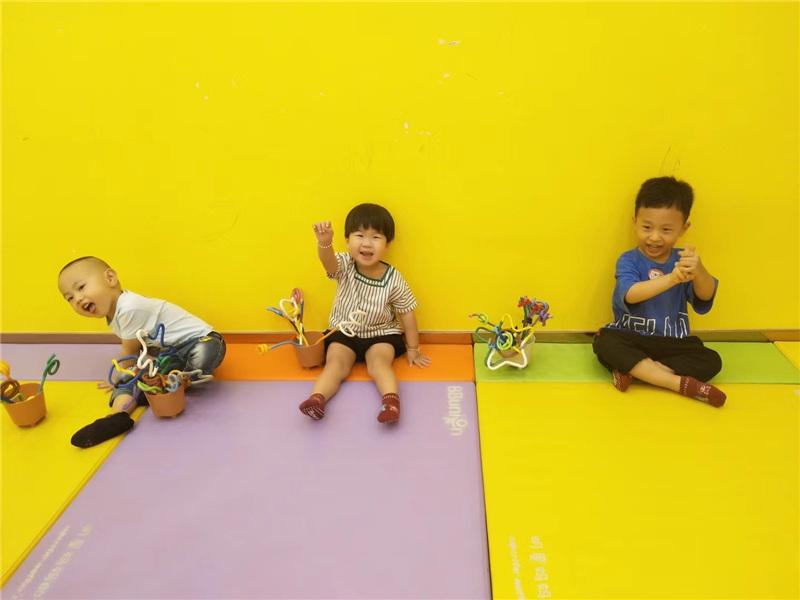 孩子们在早教中心上课