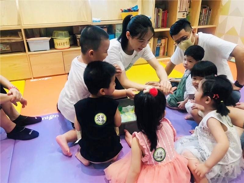 孩子们在幼儿早教中心上课