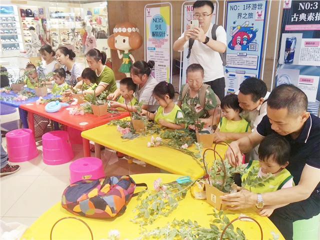 家长陪孩子在早教中心做亲子活动