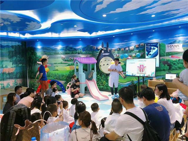 牙医给早教中心的孩子们上课