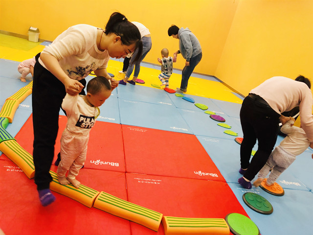 带孩子体验婴幼儿早教店
