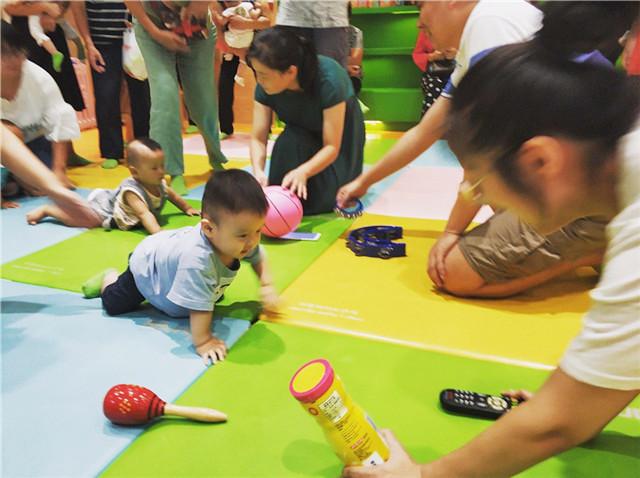 早教中心幼儿爬爬赛活动
