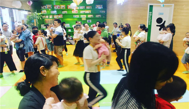 家长兴高采烈参与亲子早教活动