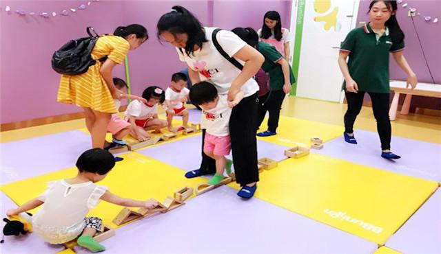 孩子在早教中心体验教具