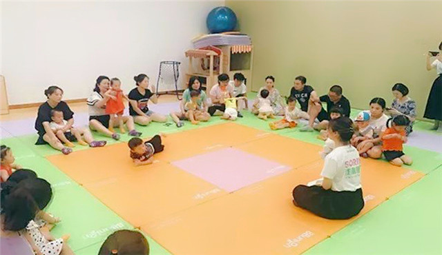 社区居民带孩子参加早教课程