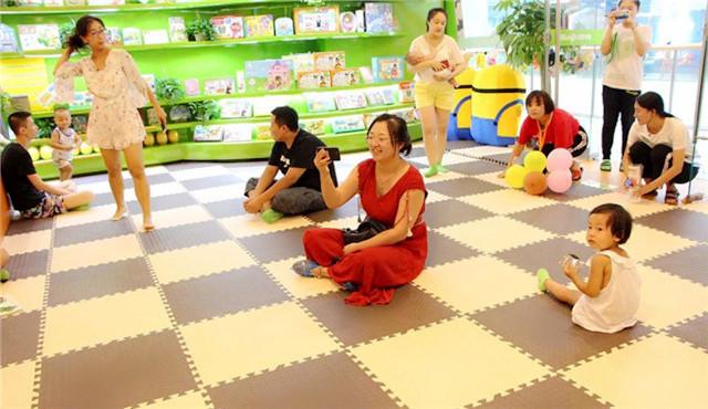 家长参与早教中心活动