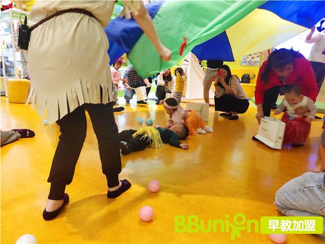 家长带孩子体验早教中心