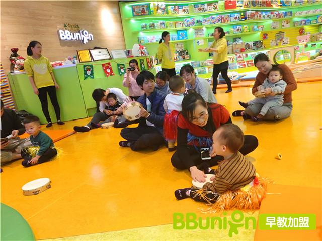 家长带娃体验早教中心环境
