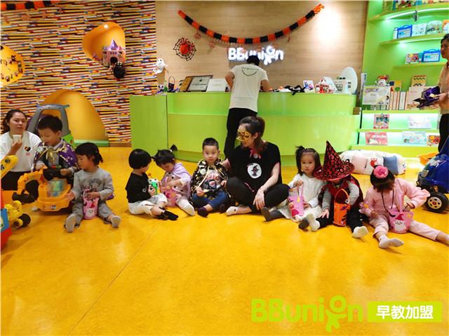 孩子们在早教中心等待上课