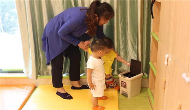 早教中心内的儿童教育