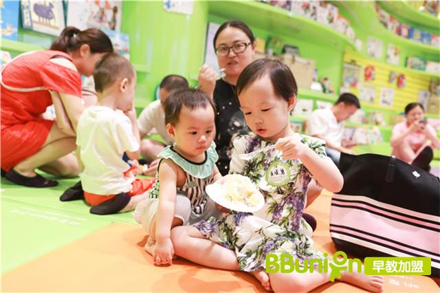 妈妈带孩子参加早教活动